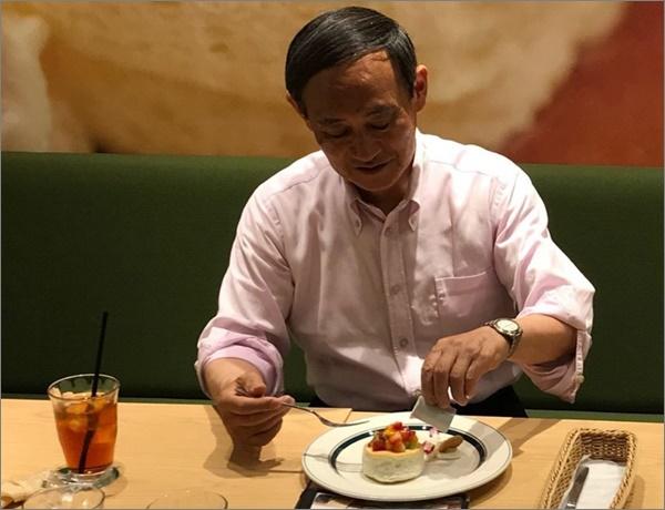 菅官房長官はパンケーキ好きでかわいい!笑顔にキュン死する国民が続出?